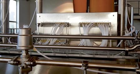 Detail zadní stěny elektropneumatického rozváděče mycí linky s vývody ventilových bloků, společně s pneumatickými válci řady CG5