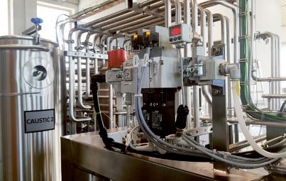 Jednotka úpravy stlačeného vzduchu s ventily pro bezpečné odvzdušnění obvodu