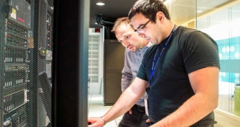 Schneider Electric zapojuje umělou inteligenci do nové generace nástrojů pro řízení datových center