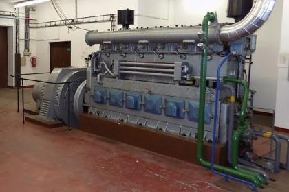 Dieselagregát umožní spuštění vody z horní nádrže, roztočení jedné z turbín a postupné nabuzení linky bez napětí