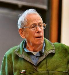 James Peebles, jeden z nositelů Nobelovy ceny za fyziku pro rok 2019, při přednášce na univerzitě v Princetonu v dubnu 2018