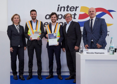 Fabian Zimmermann (uprostřed) a Benjamin Reis (druhý zleva) přebírají ocenění