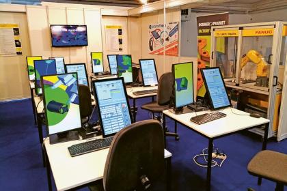 Vyladěné počítače čekají na první soutěžící