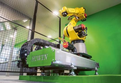 Na veletrhu byla prezentována nová pojezdová dráha o velikosti LT-S s robotem Fanuc M-20iA-35M