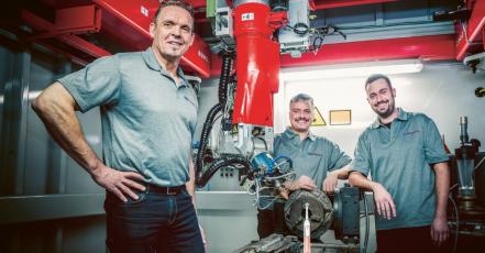 Klaus Eimann, vedoucí skupiny pro aditivní technologie, dokázal se svým týmem díky použití metod laserového 3D tisku kovů a laserového práškového navařování zkrátit čas výrobního cyklu o 7 s