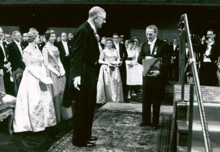 Jaroslav Heyrovský přebírá Nobelovu cenu od švédského krále Gustava Adolfa VI. /Foto: Nobelova nadace/