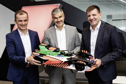 Matthias Zink, predseda Automotive OEM v Schaeffler, Dieter Gass, vedúci Audi pre motoristický šport a Dr. Jochen Schröder, vedúci podnikovej oblasti E-mobility v Schaeffler, sa tešia na ďalšiu spoluprácu vo Formule E (zľava doprava).