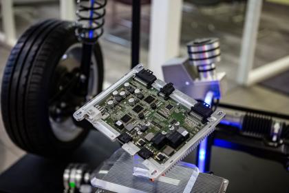 Systém Space Drive spoločnosti Schaeffler Paravan Technologie GmbH & Co. KG je kľúčovou technológiou pre autonómnu jazdu. Ako jediný systém svojho druhu je Space Drive na celom svete schválený pre prevádzku na pozemných komunikáciách a osvedčil sa už na viac ako miliarde kilometrov.