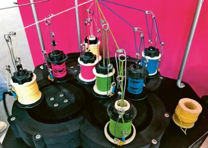 Místo kompozitních nanonití barevné nitě na efekt