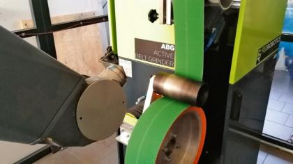 Testy odstranění odlitků na pásové brusce od Ferrobotics