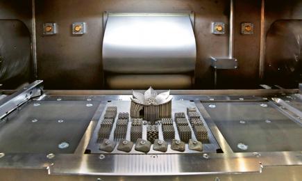 """Ve strojírenství se začíná čím dál tím více uplatňovat 3D tisk z kovů. Lákavá je především téměř absolutní tvarová volnost a možnost realizace i těch nejsložitějších geometrií. Co zatím lehce """"pokulhává"""", je materiálový výzkum. V současné době lze například aditivně zpracovávat pouze několik ocelových materiálů"""