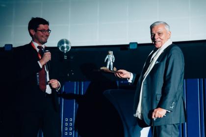Karel Dobeš přebírá ocenění za mimořádný přínos pro rozvoj kosmických aktivit