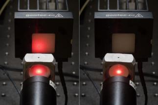 Optický přenos průhlednou keramikou (vlevo) oproti tradiční neprůhledné keramice (vpravo)