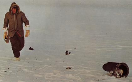 """Západní mocnosti měly možnost něco málo ze sovětského jaderného kosmického programu poznat v lednu 1978. Tehdy do Kanady spadly zbytky družice Kosmos 954, která se z dodnes neznámých příčin rozpadla na oběžné dráze. Na snímku je druhý největší nalezený díl Kosmosu 954 na zamrzlém Velkém Otročím jezeru. Dostal přezdívku """"stovepipe"""", což je vlastně """"komínová trubka"""", a nebyl v podstatě vůbec radioaktivní. Ovšem na Zem dopadly i malé částečky paliva a dalšího aktivního materiálu"""