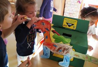 Žáci z MŠ Nespeky (okr. Benešov, Středočeský kraj) vyrobili Baterkosaura – speciální nádobu na sběr baterií. Vymysleli, že pokud nechceme skončit jako dinosauři, je třeba baterie třídit a recyklovat