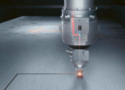 Inteligentní optický senzorový systém se přes trysku dívá do řezu a sleduje záření, které je emitováno při tavení materiálu