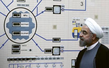 Íránský prezident Hasan Rúhání na návštěvě jaderného reaktoru Búšehr 1 v roce 2015
