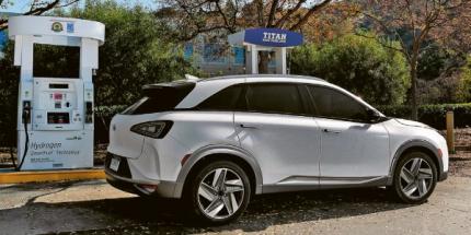 Hyundai NEXO s plnicím stojanem na vodík