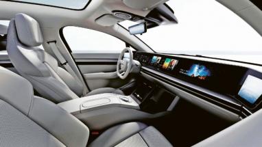 Interiér elektromobilu Vision-S od společnosti Sony je plný audio- a videoprvků