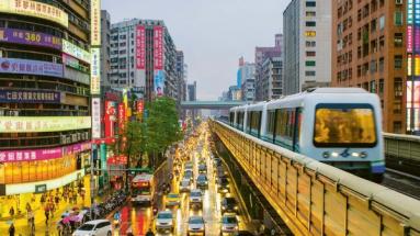 V lednu začal provoz na další lince metra dlouhé 15 km. Ve většině ze 14 nových stanic jsou na nástupištích prosklené bezpečnostní bariéry