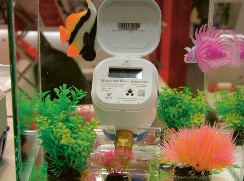 Ultrazvukový vodoměr firmy Huizhong ponořením do akvária prokazuje krytí IP68