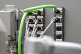 Moduly se řetězí systémovým kabelem