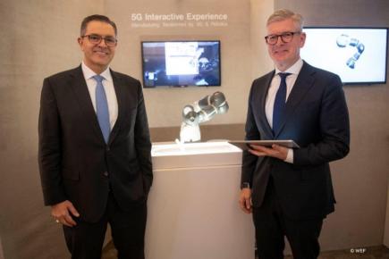 Sami Atiya, prezident ABB jednotky Robotika a automatizace výroby a Börje Ekholm, prezident a CEO společnosti Ericsson (vpravo)