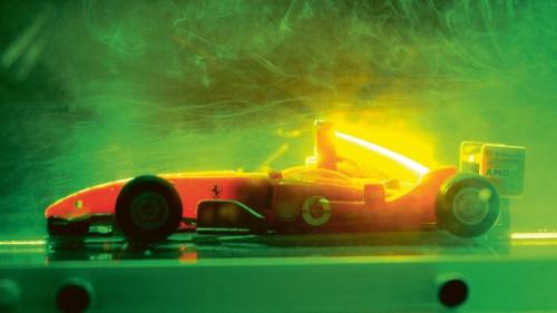 Zmenšený model vozidla v aerodynamickém tunelu