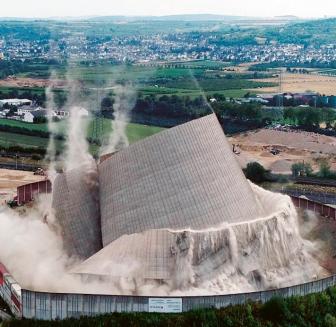 Demolice chladicí věže jaderné elektrárny Mülheim-Kärlich. Tato elektrárna byla v provozu pouhé tři roky, pak jej ukončily nejasnosti kolem provozní licence