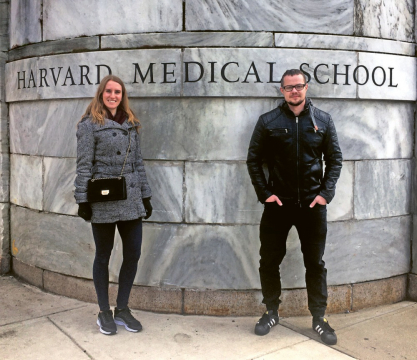 """Markéta Klíčová a Jakub Erben z katedry netkaných textilií a nanovlákenných materiálů Fakulty textilní. Oba se specializují na tkáňové inženýrství a začátkem ledna odletěli na půlroční výzkumnou stáž na Wyssově institutu při Harvardově univerzitě, kde se zapojili do vývoje umělé ledviny, založené na systému takzvaných """"origami organs""""."""
