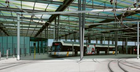 Velkorysé řešení průjezdné konečné u vlakového nádraží