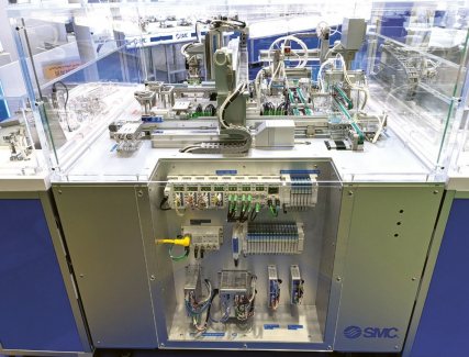 """Ovládací panel vzorového """"Pick and Place"""" manipulátoru s ventilovými bloky JSY a komunikačními jednotkami EX600 a EX260 a drivery pro elektropohony"""