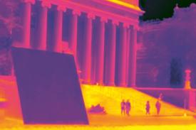 """Snímek v infračerveném spektru ukazuje """"superchladivý"""" panel před budovou Columbia university v New Yorku /Foto: Jyotirmoy Mandal/"""