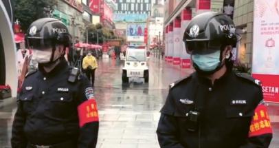 Policista vybavený helmou s citlivou infračervenou kamerou a umělou inteligencí prakticky okamžitě odhalí všechny osoby se zvýšenou teplotou v bezprostředním okolí