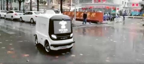 Autonomní dodávkový robot, který uskutečnil první dodávku do nemocnice v čínské provincii Wu-chan