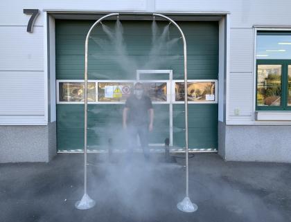 Firma HENNLICH navrhla a sestrojila speciální dezinfekční rámy, které mohou zvýšit ochranu lidí na veřejných místech, jako jsou letiště, úřady, nádraží, nákupní centra nebo obchody.
