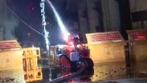 Zásah robotu Colossus uvnitř katedrály