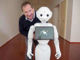 Robot Pepper proporcemi odpovídá osmiletému dítěti. Přesto se brzy zapojí do výuky Smart technologií. Čeká i na úkoly z jiných fakult.