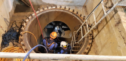 Velká zkouška robota, který natírá potrubí pod horní nádrží. Jestli ji zvládne, vyrobí dodavatelská firma robotovi většího bratříčka a ten v příštích letech zajistí nátěr přivaděčů spojujících dolní a horní nádrž, které mají průměr 3,6 metru a jsou dlouhé kolem 1,5 kilometru