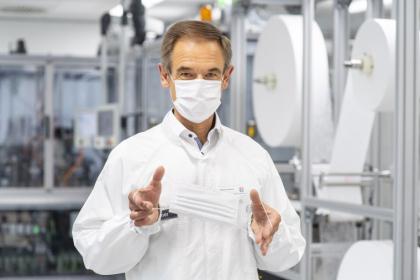 Volkmar Denner uvádí na trh speciální výrobní linku pro obličejové masky