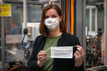 Proti pandemii koronaviru: výroba masek a dezinfekčních prostředků