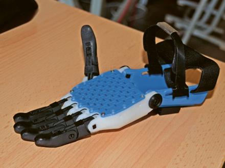 Výukový systém EduExo švýcarského start-upu Beyond Robotics slouží pro výuku problematiky exoskeletonů. Mechanika je vytištěna na 3D tiskárně a elektronika je postavena na řídicím systému Arduino