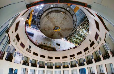 Spouštění prvního velkého komponentu do prostoru reaktoru v květnu 2020: konkrétně jde o část kryostatu, která byla vyrobena v Indii