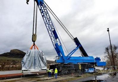 Přeprava 150tunového soustrojí parní turbíny v přístavu Lovosice