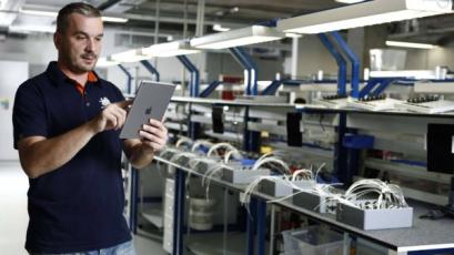 Pracovník s potřebnou kvalifikací má na tabletu potřebná data okamžitě k dispozici
