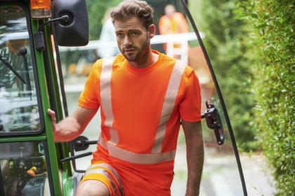 """MEWA rozšířila svou kolekci výstražného oblečení """"Dynamic Reflect"""" o letní variantu pro ty, kteří pracují na stavbě silnic, v komunálních službách nebo na údržbě zeleně. Oděvy jsou k dispozici v servisu pronájmu. MEWA nabízí zákazníkům vyzvedávání i doručování všech outfitů včetně péče o textil."""