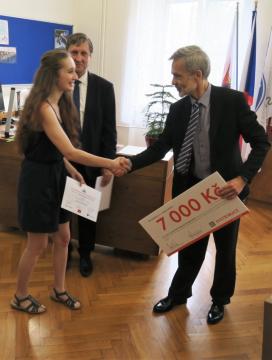 Stejně jako vloni patřila i letos mezi nejlepší Anntonie Šťastná. Na snímku jí předává symbolický šek Martin Hušek. Druhým blahopřejícím za společnost ČEZ Distribuce byl Karel Kohout