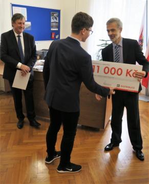Symbolické šeky a diplomy předávali nejlepším žákům zástupci ČEZ Distribuce Karel Kohout (vlevo) a Martin Hušek