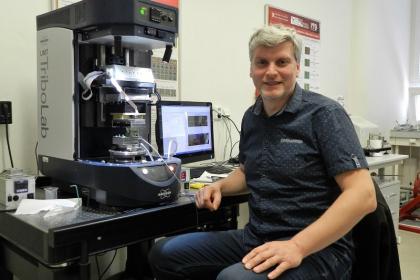 Martin Vrbka v tribologické laboratoři FSI VUT /Autor Iveta Zieglová/