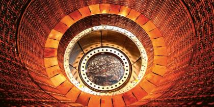 Pohled do nitra detektoru ATLAS na urychlovači LHC. Na snímku je vrstva kalorimetrů, tedy senzorů, které měří energii prolétajících částic. Ty vznikají v komoře při srážkách protichůdných svazků částic Foto: Experiment ATLAS
